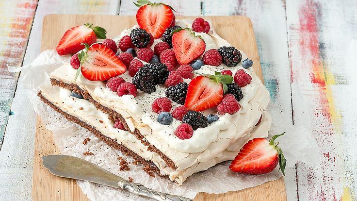 17.7.2015. Brita-torttu on tyylikäs tarjottava kesäjuhlissa tai muuten vaan kahvin kanssa nautittuna. Käytä erilaisia marjoja vaihdellen.
