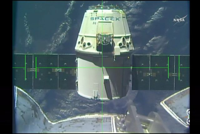 A little while ago the SpaceX Dragon spacecraft ended its CRS-10 (Cargo Resupply Service 10) mission for NASA splashing down smoothly in the Pacific Ocean a little more than 420 kilometers (about 326 miles) off the coast of California. The Dragon left the International Space Station a few hours before. Read the details in the article!