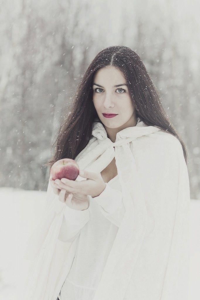 Winterportrait Girl Snowwhite apple Portrait