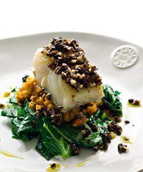 Bacalhau assado com migas e azeitonas. A combinação entre as migas, o bacalhau e as azeitonas, faz deste prato algo muito especial e original que vai querer partilhar com quem mais gosta.