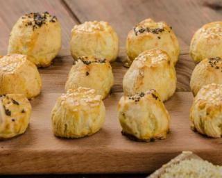 Bouchées légères à la courgette et au bleu : http://www.fourchette-et-bikini.fr/recettes/recettes-minceur/bouchees-legeres-la-courgette-et-au-bleu.html