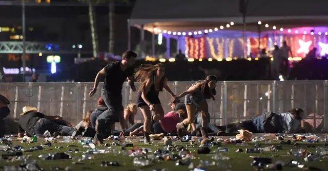 Sejumlah pengunjung berlari dari festival musik Route 91 Harvest country setelah aksi penembakan di Las Vegas Nevada (1/10). Penembakan dilaporkan terjadi di areal Kasino Mandalay Bay Las Vegas Amerika Serikat. (David Becker/Getty Images/AFP)  Sejumlah pengunjung berlindung saat festival musik Route 91 Harvest country setelah aksi penembakan di Las Vegas Nevada (1/10). Pelaku penembakan disebut menembak seorang petugas keamanan dan polisi setempat. (David Becker/Getty Images/AFP)  Petugas…