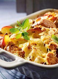 Bratwurst-Apfel-Auflauf Rezept: Öl,Bratwürste,Majoran,Schlagsahne,Eier,Muskat,Bergkäse,Laugenstangen,Orange,Form,Haselnussblättchen