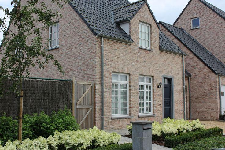 Landelijke voortuin met Hydrangea Bobo, choisya en Buxus, door Tuincentrum De Molen