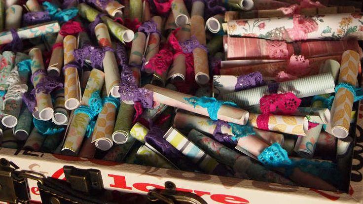 """365 redenen waarom ik van je houd Hét ultieme liefdescadeau, het idee is een variant van """"365 reasons I love you"""". Ik kwam het tegen op Pinterest toen ik op zoek was naar een idee voor een romantisch cadeau. Een glazen pot met daarin 365 gekleurde gevouwen papiertjes."""