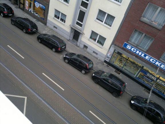 ...dass in Düsseldorf nur noch abwechselnd rote und grüne Autos fahren dürfen.  Jetzt haben alle Leute, die sich daraufhin ein rotes oder grünes Auto kauften, allerdings Pech gehabt, denn plötzlich hat unser Oberbürgermeister beschlossen, dass nur noch schwarze Autos sei nun einmal eine vornehmere Farbe als rot oder gar grün.... http://www.kinderverwirrbuch.de/Geschichten/107