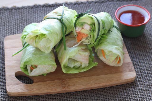On a trouvé LA recette bonne et légère avec ces roulés de laitue crevettes et avocat - Diaporama 750 grammes http://www.750g.com/recettes_pas_a_pas.htm #pasapas #750g