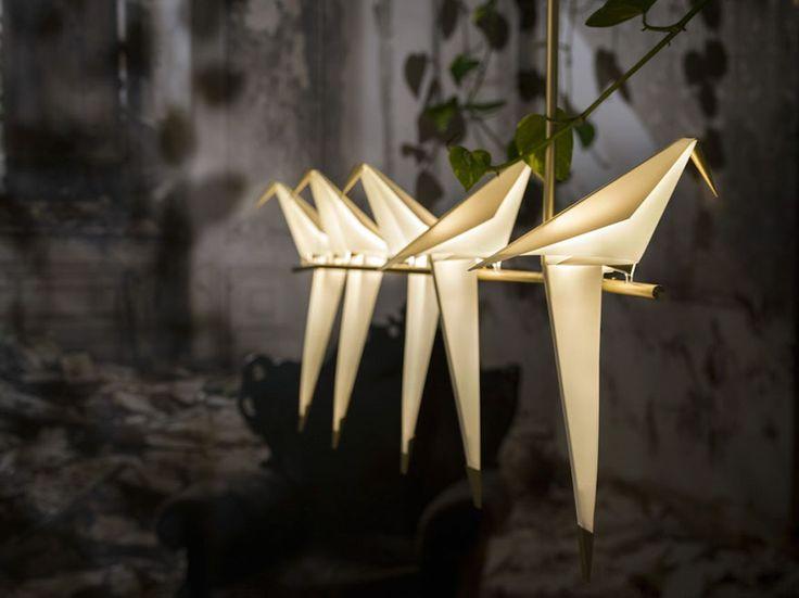 O designer e arquiteto Umut Yamac se inspirou nos origamis, a tradicional arte japonesa de dobraduras de papel, para criar uma linda luminária em formato de pássaro, que além de iluminar, traz estilo e equilíbrio aos ambientes.   O projeto começou em 2014, quando Umut, que é londrino e filho de turcos, criou uma linha limitada de vinte pe�...