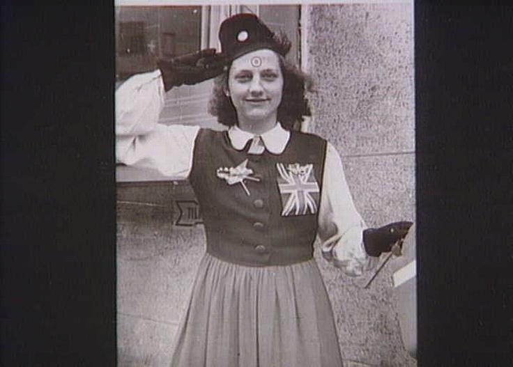 Ung kvinde pyntet med RAF-mærker og Dannebrog d. 5. maj 1945 (ukendt) Frihedsmuseets Billedarkiv http://erez.natmus.dk/FHMbilleder/Site/index.jsp