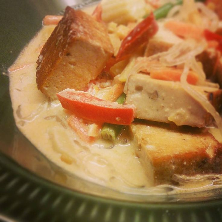 Low carb-snabbmat mitt i veckan: tofu och nudlar med grön curry i kokosmjölk!Från att du öppnar kylskåpet till servering på max30 minuter. För 2-3 portioner 1 litet paket tofu (på bilden hasselnö…