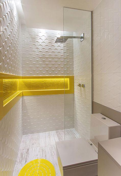 Dica: Uso de cores enérgicas.  Olha que amarelo maravilhoso nas pastilhas deste banheiro super clean. Trouxe vibração e energia para o espaço, contando, também, com uma iluminação focada dentro do nicho; além do revestimento tridimensional que esta super em alta. É uma boa pedida para quem busca inovação. #ABMprojetos #decoracao #arquiteta