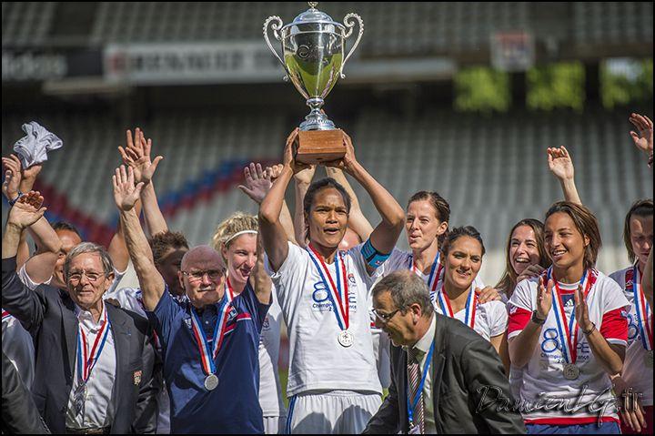 Wendie Renard qui porte, encore, la coupe du Championnat de France.