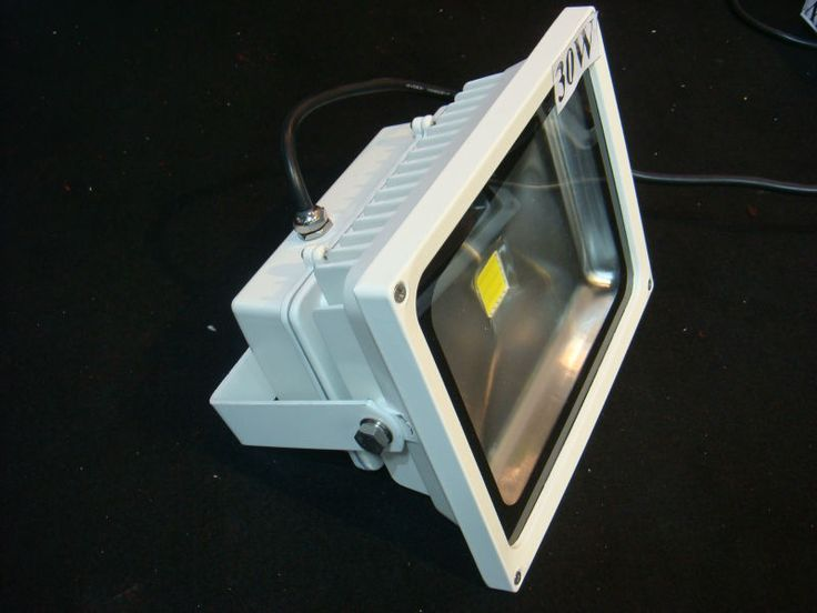 Outdoor 50w led flood light  1.Working Voltage:85-265V AC  2Other Power:10w/20w/30w/50w  3.P65 rate  4.Die Casting Aluminum b0dy great pin!