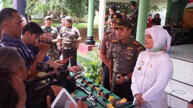 TNI terima 53 Pucuk Senjata Api Rakitan di Lampung Tengah:http://www.intriktimes.com/http:/www.intriktimes.com/topik/intriktimes/tni-terima-53-pucuk-senjata-api-rakitan-di-lampung-tengah/