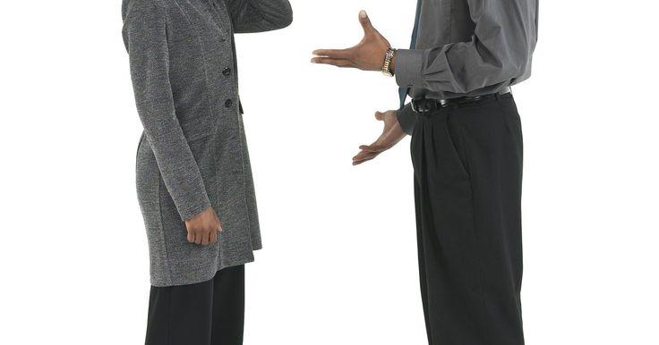 Los cinco tipos de gesticulaciones de adaptación. Gesticular es usar los brazos o las manos como un método de comunicación muy similar al idioma. Mientras que las expresiones y los movimientos faciales pueden mostrar emoción, los gestos son un tipo más verbal de lenguaje corporal. Expresan una acción u otra información. Hay tres fases de gesticulaciones: preparación, estilo y retracción. La ...