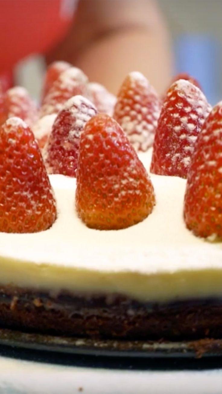 Isadora Becker prepara uma sobremesa deliciosa para esse Natal: torta de brownie com morangos. Vai perder?
