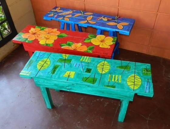 Bancos pintados a mano de pallets original dise o - Mesas de madera hechas a mano ...