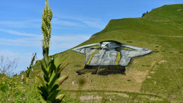 perierga.gr - Εντυπωσιακό γκράφιτι στα βουνά της Ελβετίας!ο street artist εν ονόματι Saype πρόσφατα ολοκλήρωσε ένα μεγάλο έργο τέχνης στα βουνά της περιοχής Leysin, στην Ελβετία. Το 10.000 τετραγωνικών μέτρων κομμάτι απεικονίζει έναν ξαπλωμένο στη γη αγρότη της περιοχής, με τυπική ενδυμασία και τα χέρια πίσω από το κεφάλι να απολαμβάνει τον ήλιο.