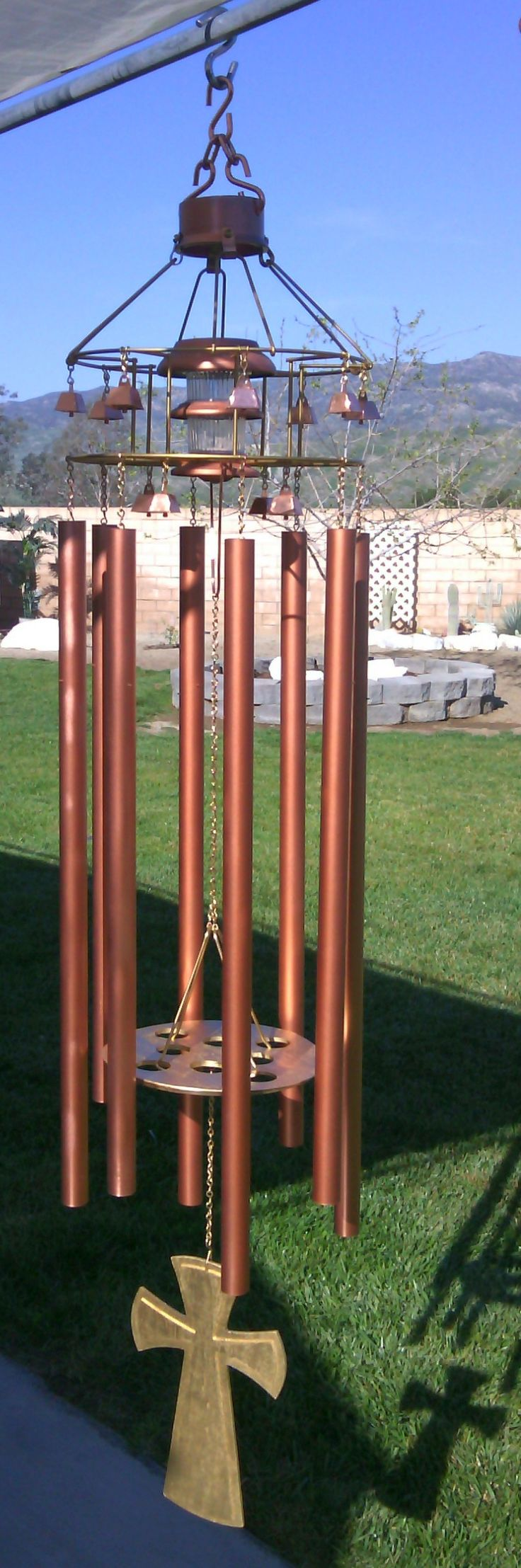 Bill Moyer used eight, one-inch copper pipes with a pentatonic scale tuning for these beautiful wind chimes.  Excellent article by Lee Hite gives in-depth info on every facet of the art and process of making wind chimes.