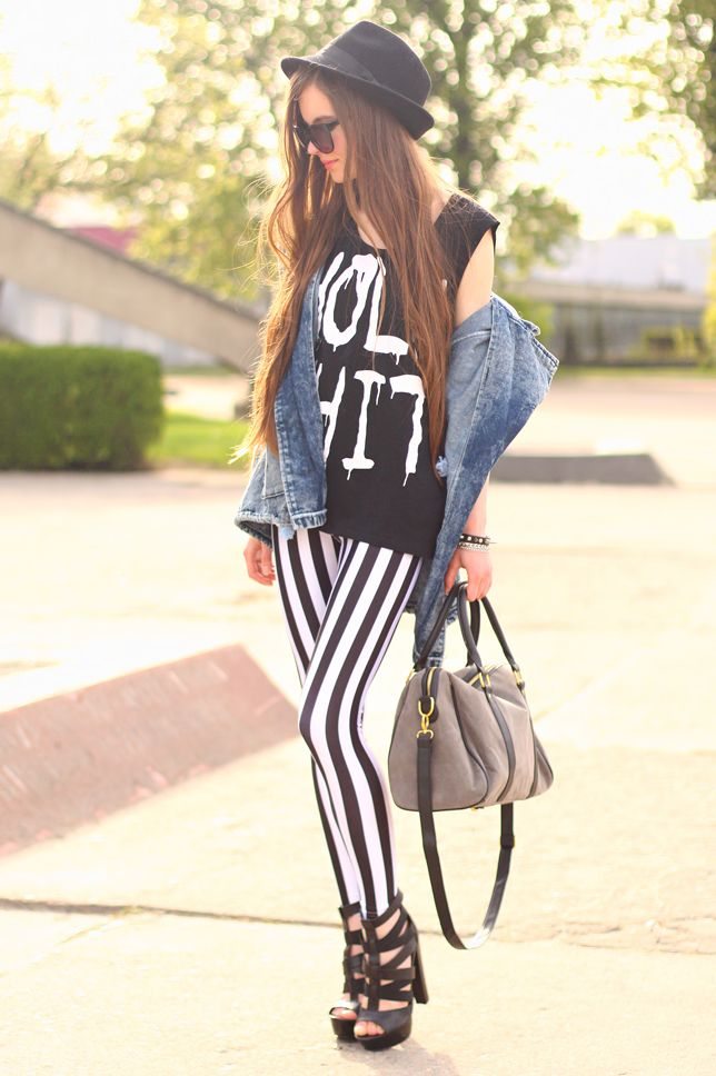 Jeansowa parka, biało-czarne legginsy w paski i sandały na platformie