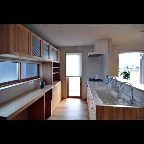 明るく清潔なキッチン。造作の棚もオサレ。