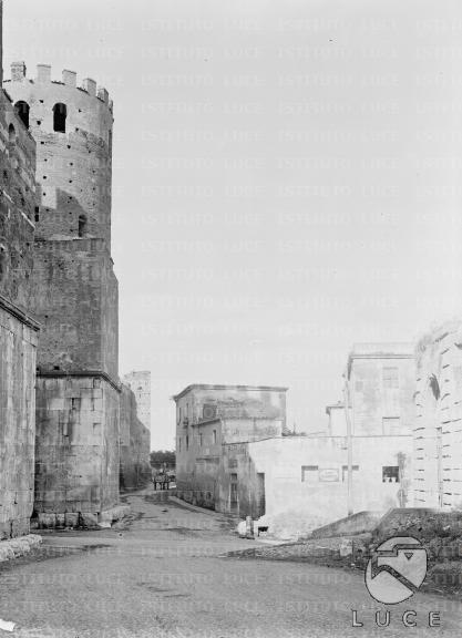 Porta S. Sebastiano Scorcio della turrita porta romana all'incorcio tra la via Appia Antica e la stretta via che corre lungo le mura latine (oggi scomparsa con il suo complesso di fabbricati d'angolo) -  11.08.1926
