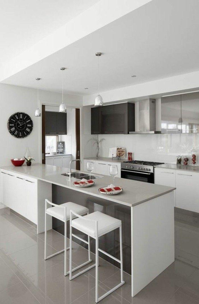 küchendekoration schwarze wanduhr weiße stühle ofen lampen aspirator schränke kücheninsel