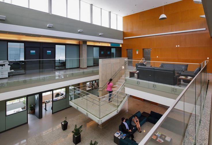 Não somos pisos vinílicos, somos pisos de borracha. Os pisos Nora são 100% de borracha, baseados em qualidade e sustentabilidade com mais de 300 variações de cores e design, totalmente ergonômico, certificação LEED, resistente a manchas, ao grande tráfego comercial e voltado para diversas aplicações. Instalação dos Pisos de borracha Noraplan Sentica em Mantas + Insumos Mapei pelo escritório de arquitetura Paulo Bruna Arquitetos Associados no prédio do PNUD   ONU em Brasília   DF.