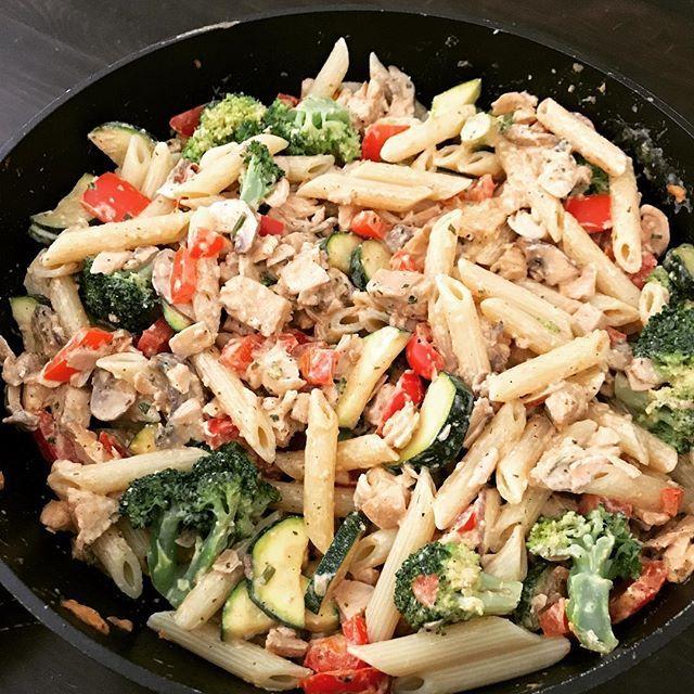 Wochenendinspiration: Wie wärs mit einer cremigen Lachs-Gemüse-Nudel-Pfanne? #dailyisarkitchen  Rezept gibts ⬇️ -------------------------- Zutaten für 2 Portionen: * 500 g Lachsfilet * 200 g Nudeln * 1 Paprika * 1 Brokkoli * 4 Schwammerl * 1/2 Zucchini * 4-5 EL (Kräuter)Frischkäse * Zitronensaft * Salz * Pfeffer * Paprikapulver --------------------------------- Zubereitung:  1. Nudeln al dente kochen und abgießen. 2. Währenddessen den Lachs in Stücke schneiden, in der Pfanne goldbraun…