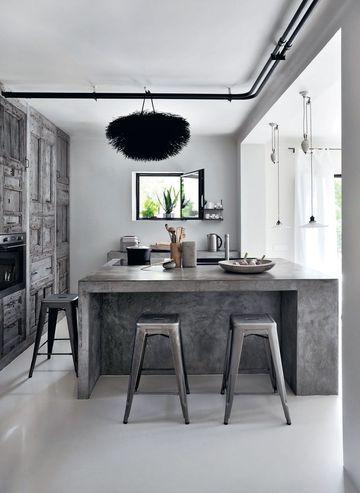 Bois brut ancien, ciment et chaises design... Le bon mix de cette cuisine design!  http://www.cotemaison.fr/medias/579/296501_archi-cool.jpg