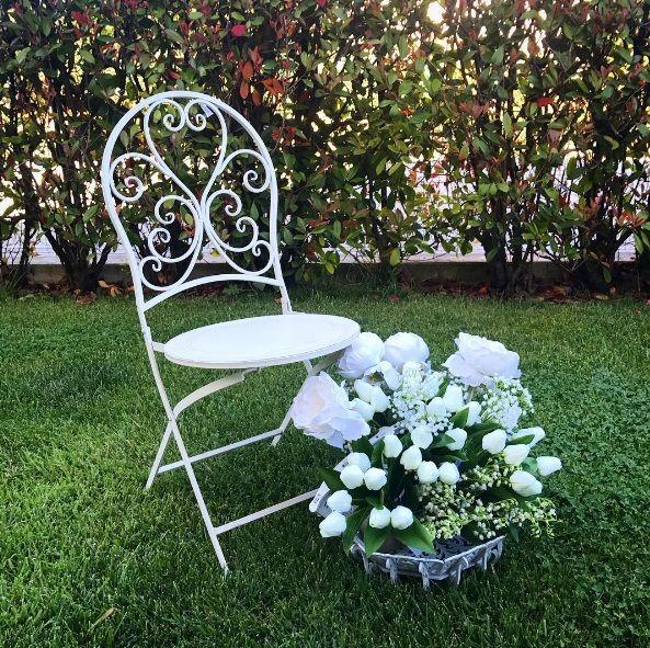 Sedia in ferro, color crema, di Disraeli. Per completare il vostro arredamento esterno.
