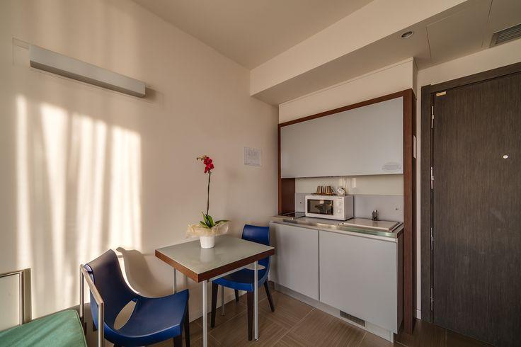Le camere monolocale dispongono di angolo cottura attrezzato con stoviglie, microonde e bollitore, per farvi sentire a casa...
