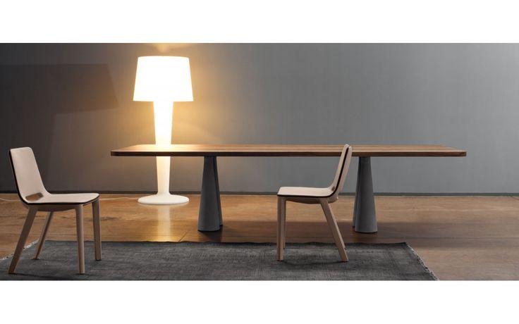 Still è un tavolo contemporaneorealizzato da Bartoli Design per Bonaldo. Molto originale, si adatta con eleganza ad ambienti innovativi. La semplicità delle forme esalta il design dell'elemento.