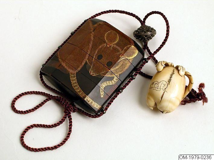 Inro m. ojime och netsuke, lack, Japan 1800-tal; Signerad: Takashi Tomio Netsuke: Dubbel rättika i elfenben med två ristade möss. Signerad: Hidemasa (ca 1810-40). Ojime och sidoöglor för snöre i silver. Inro i tre avdelningar samt lock. Motiv med möss guldlack med detaljer i rött. på svart botten. H:6cm, B:5,5cm Ojime av genombrutet silver, rund. Diameter:1,8cm Netsuke av elfenben i form av knubbig rättika el. pumpa. L:3,5cm, B:2,7cm