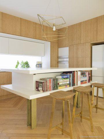 A Cozinha Essencial, assinada porMarília Pellegrini para a CASA COR São Paulo 2016 é caracterizada pelo minimalismo escandinavo. O piso de madeira foi instalado em espinha de peixe -- no canto do ambiente, ele dá lugar ao mesmo padrão em réguas de mármore, delimitando a lavanderia.