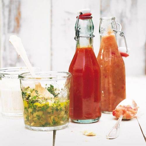 Selbst gemachte Saucen machen eine Grillparty zu einem unvergesslichen Abend. Also, was darf's sein - mit Vermouth veredelte Aioli, knoblauchwürzige südamerikanische Chimichurri, süßer Himbeerketchup oder fruchtig-scharfes Pfirsich-Chutney? Von links nach rechts: Aioli mit Noilly Prat, Chimichurri mit Oliven, Ketchup mit Himbeeren, Pfirsich-Chutney.
