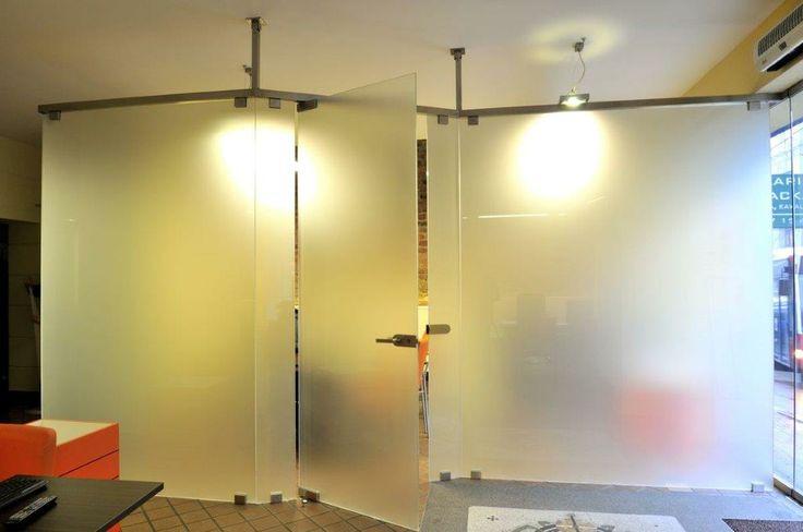 Ścianka szklana system bezramowy więcej na http://www.projektmebel.pl/scianki-szklane