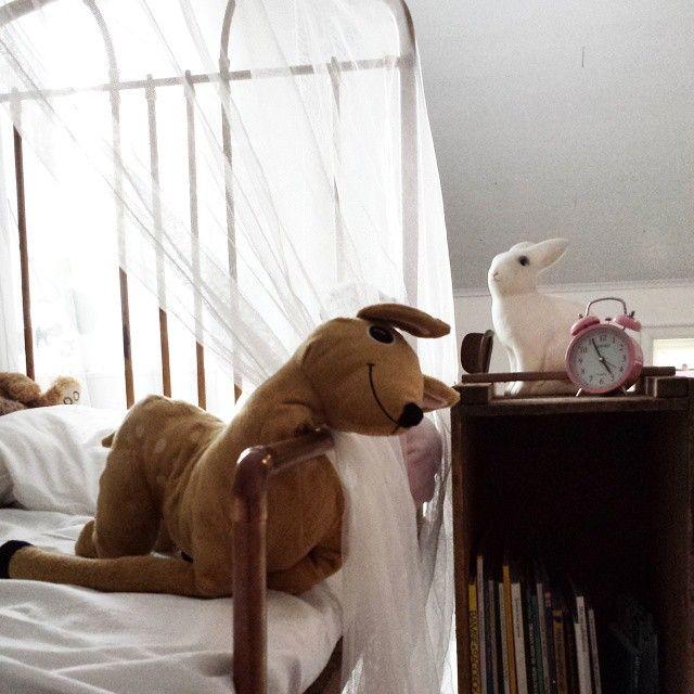 mammangelica.blog... - Hur man gör en säng barnvänlig. Kids room with indoor swing.