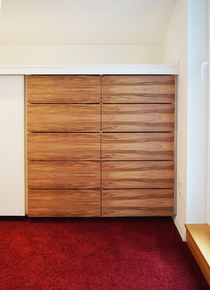 Kommode In Begehbarem Kleiderschrank Weiss Und Holz Moderner Schrank Viel Stauraum Durch Grosse