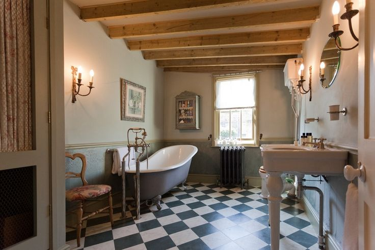 salle de bain r tro campagnarde solives apparentes au plafond et sol damier salle de bains. Black Bedroom Furniture Sets. Home Design Ideas