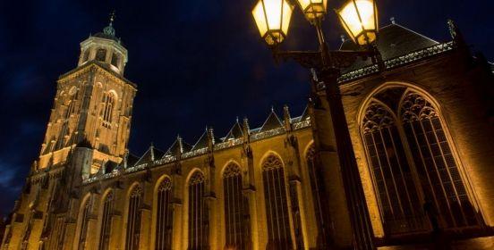 Grote of Lebuïnuskerk #Deventer Een van oorsprong Romaanse kerk met crypte en veel wand- en gewelfschilderingen uit de 15e en 16e eeuw. De Lebuïnuskerk in Deventer was in de Middeleeuwen de hoofdkerk van de stad en een van de voornaamste kerken binnen het bisdom Utrecht. De Grote of Lebuïnuskerk had oorspronkelijk een complex van torens. De centrale toren werd geflankeerd door vier kleinere, in 1454 grotendeels gesloopt. De eerste steen voor de tegenwoordige toren legde men in de zomer van…