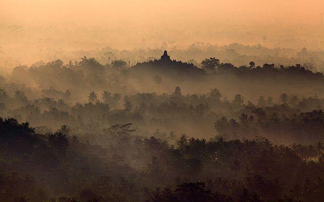 Menyaksikan matahari terbit di borobudur tak harus di dalam Candi. Kamu bisa pergi ke bukit Punthuk Setumbu yang berjarak sekitar 3 km dari candi. Saksikan matahari terbit beserta panorama Borobudur dengan latar gunung Merapi yang spektakuler. #PesonaIndonesia