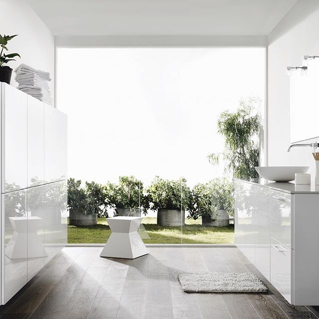 Bathroom with a view  Highgloss cabinets underlines spacious feel ☀️ #kvik #biancobykvik #bathroom #highglossfronts #spaciousfeel #interior #bad #baderum #velværelse #velværelset #whitebathroom #superiorinterior