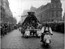 Madrid, 05/01/1959. Cabalgata de Reyes Magos organizada por Radio Madrid en 1959, bajando por la calle de Alcalá en la confluencia con Gran Vía, frente al edificio Metropolis (Entonces Unión y el Fénix)