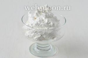 Белково-заварной крем на водяной бане готов.