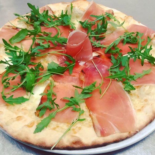Questa sera siamo aperti!!! Vi aspettiamo!!! Pizza Stracchino rucola e speck IGP Alto Adige!#ristorante #restsurant #pizzeria #pizza #ilpergolatotivoli #food #foodie #foodpic #foodpics #foodporn #instafood #instagood #consigliounposto #photooftheday #Roma #Tivoli #speck #stracchino