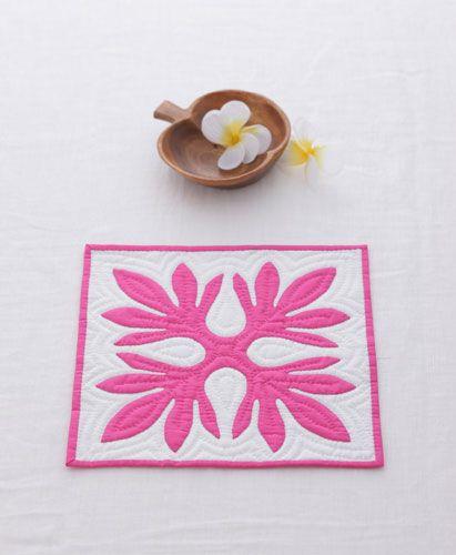 「ハワイアンのミニキルト」ハワイアンキルトのパアーン1枚を土台布にアップリケし、ミニキルトにしました。 パターンの周囲はハワイアンキルトの特徴、エコーキルトを入れてあります。 お部屋の小さなコーナーにぴったりサイズ。 「いちばんよくわかる パッチワークの基礎」(日本ヴォーグ社刊)掲載作品[材料]アップリケ用布/アップリケ用布/アップリケ用布/アップリケ用布/バインディング用布