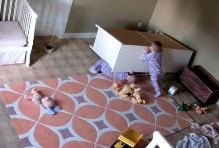 Aconteceu no estado de Utah, nos Estados Unidos. Um bebê de 2 anos salvou a vida do irmão gémeo depois de um armário cair por cima da criança no quarto de ambos.