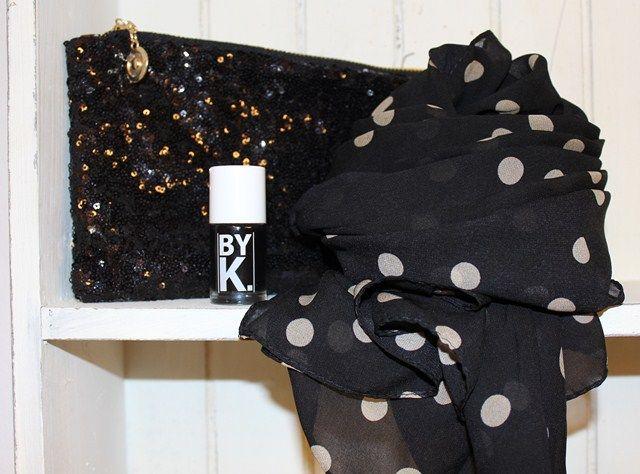 Klassisk sort gave med sort paliet clutch til 99,-, ByK sort neglelak på tilbud til 29,- og sort chiffon tørklæde med beige prikker til 119,-    Det hele findes her: www.tankestrejf.dk