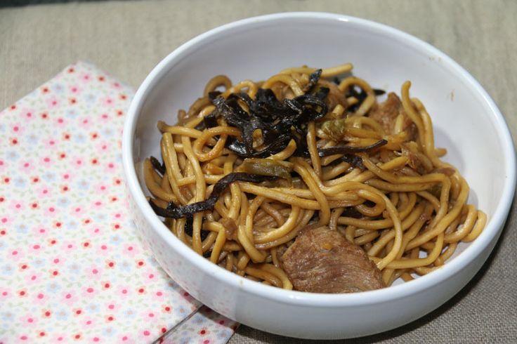 Nouilles chinoises sautées au porc 500g de filet de porc  400g de nouilles chinoises  des haricots verts (surgelés pour moi - plus ou moins selon vos envies)  des champignons noirs déshydratés  5 CS d'huile d'olive  5 CS de sauce soja  1/2 cc de gingembre en poudre  sel / poivre